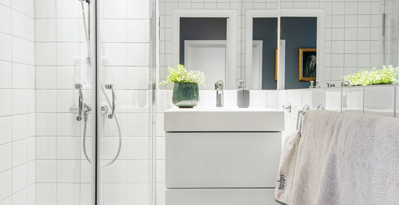 Pent bad med hjørnedusj og opplegg for vaskemaskin
