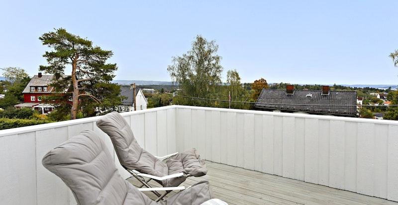 Solrik veranda med fin utsikt