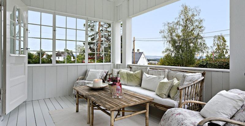Dør fra spisestue til overbygget og delvis innglasset veranda