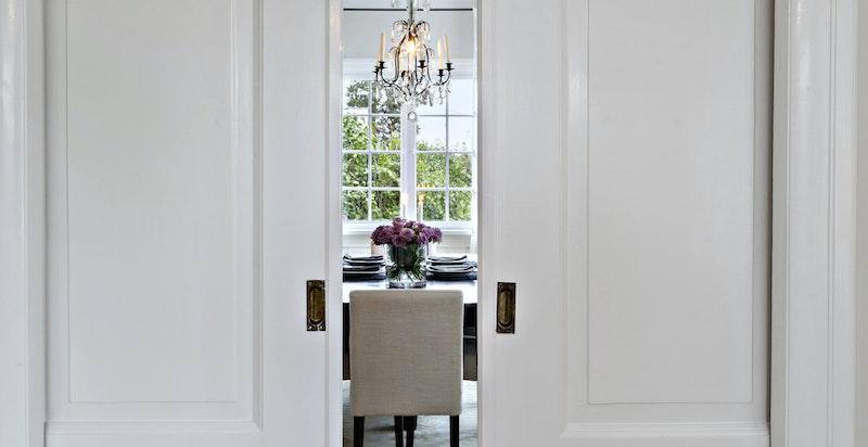 Huset er nydelig restaurert innvendig - dører er originale