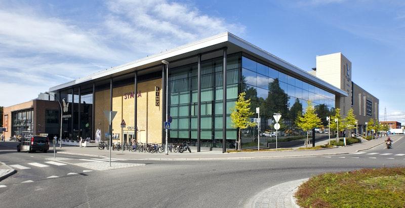 Trivelig nærsenter med 85 butikker og flere hyggelige spisesteder. Her finner du også bibliotek og kino.