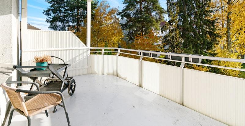 Romslig leilighet med et spennende potensial. Utgang til stor balkong ut fra stuen, med hyggelig utsyn og godt med lys og sol.