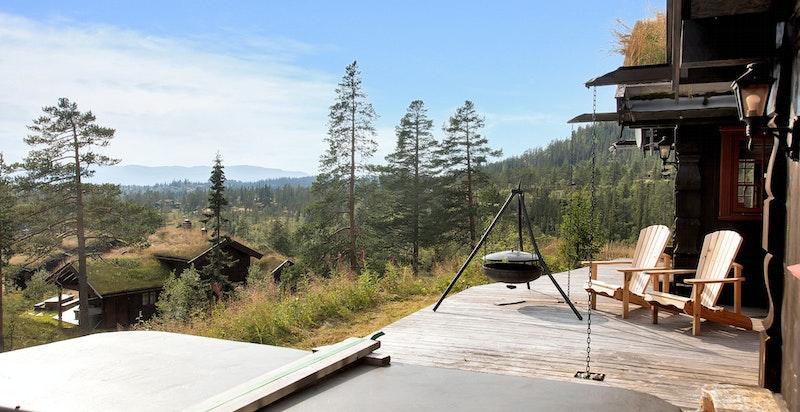 Solrik terrasse med bålpanne og boblebad