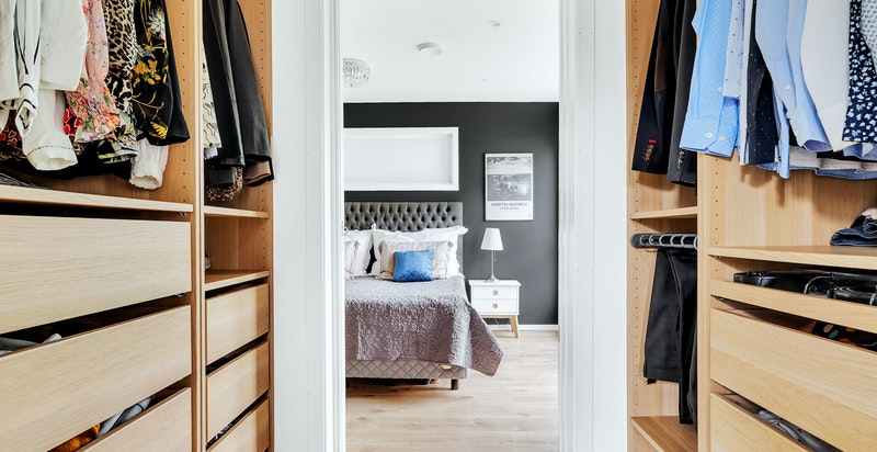 Walk-in closet mellom soverommet og privat bad.