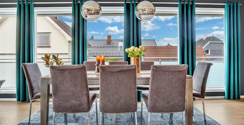 De store vindusflatene gir boligen rikelig med naturlig lys som igjen skaper en åpen og luftig romfølelse.