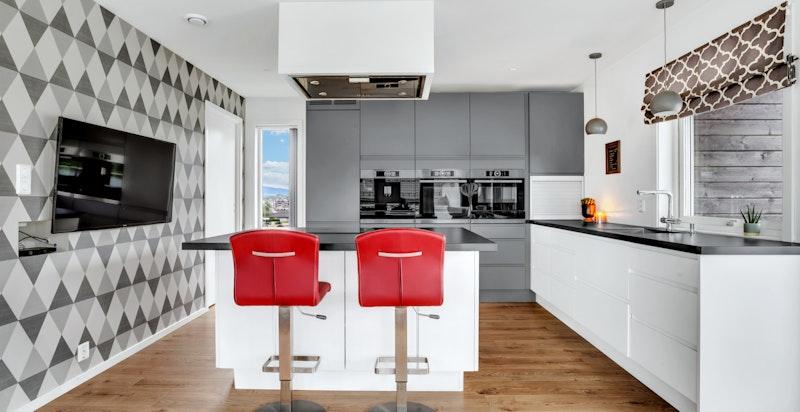 Eksklusivt og påkostet kjøkkeninnredning fra STRAY med glatte malte fronter