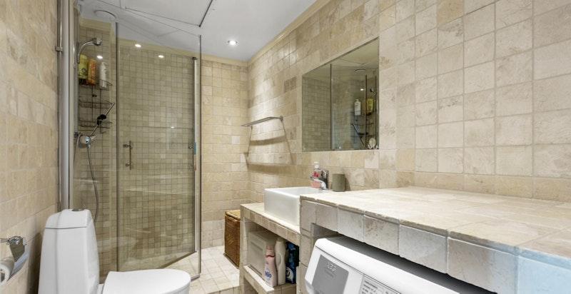 Bad med dusj, wc og vaskemaskin