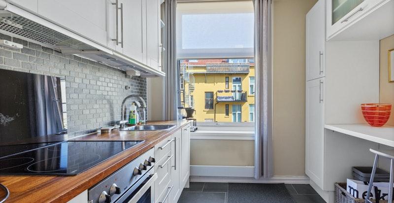 Kjøkken med hvitevarer og liten kontorplass