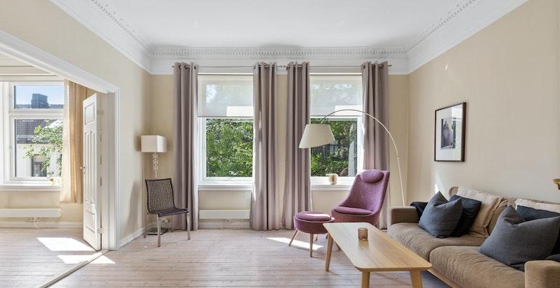 Stue er stor og luftig med stukkatur og god takhøyde