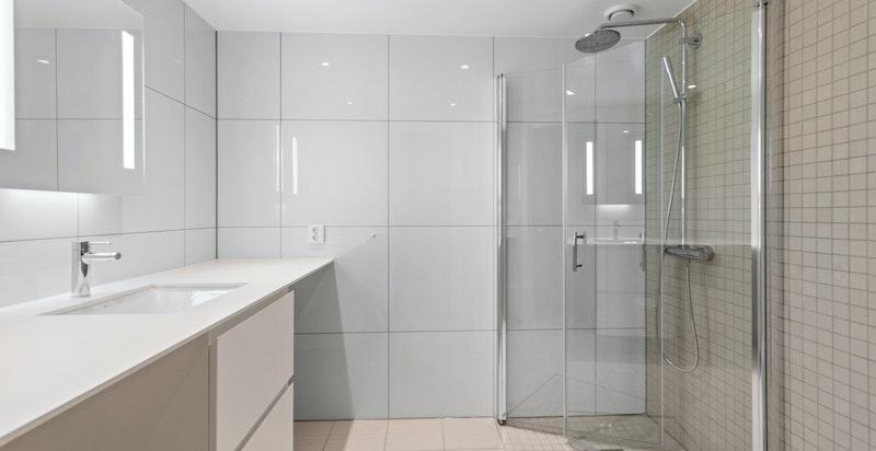 Romslig bad med dusj, wc og vaskemaskin/tørketrommel