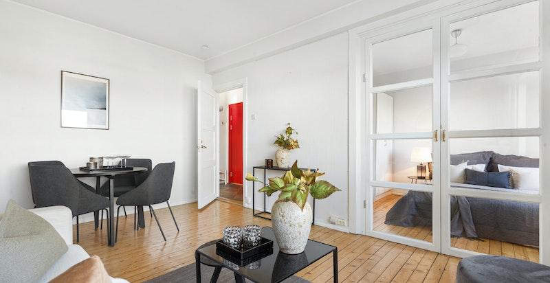 Det er god plass til spisestue og sofa-løsning i stuen selv om man beholder dagens løsning med 2 soverom.