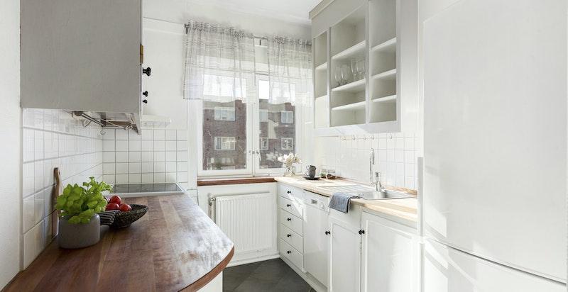Praktisk og pent kjøkken med hvitevarer som medfølger.