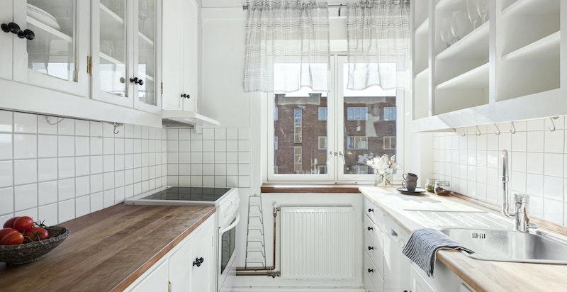 Kjøkkenet ligger separat inn fra entrèen og har godt med lagringsplass.