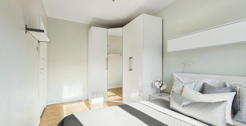 Begge soverommene har godt med oppbevaringsplass.