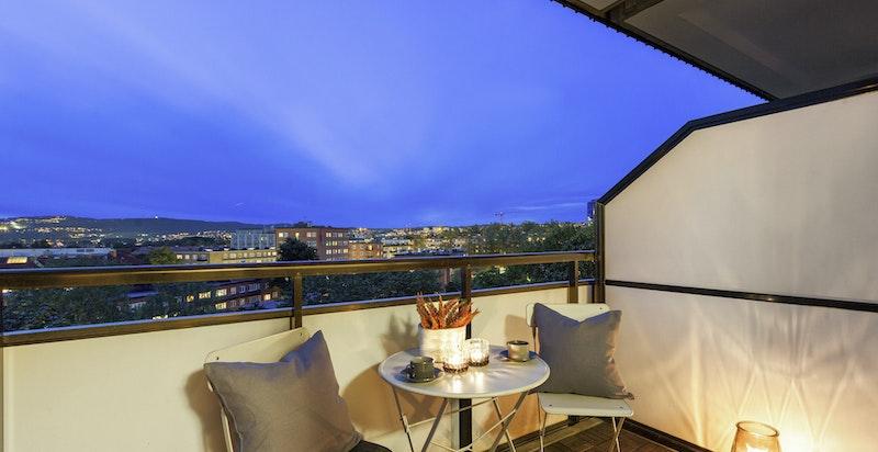 På kveldstid får du en lun og hyggelig stemning på balkongen.