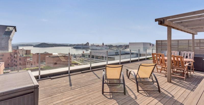 Over leiligheten finnes en stor felles takterrasse med fantastisk utsikt og optimale solforhold