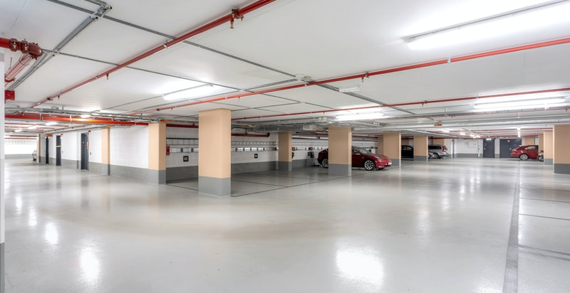 Det disponeres én garasjeplass i lukket anlegg. Mulighet for å montere lader for el-bil på plassen