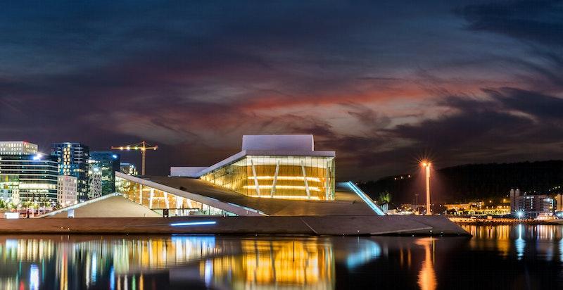Operagatas attraktive beliggenhet gjør at man enkelt kan ta seg en svømmetur i sjøen, nyte kveldssolen, vandre langs havnepromenaden, besøke en fortauskafé eller oppsøke det brede spekteret av kulturopplevelser