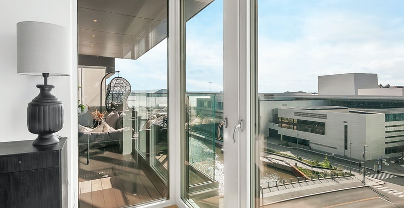 De store vinduene gir fantastisk lys og åpent utsyn mot sjøen og Operaen. Fransk balkong ut mot vest