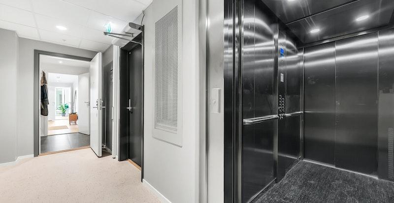 Heisen stopper rett utenfor inngangsdøren. Det er kun to leiligheter i 7. etg. som deler denne adkomsten