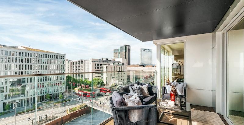 Balkongen og oppholdsrommene i leiligheten er vendt direkte vest