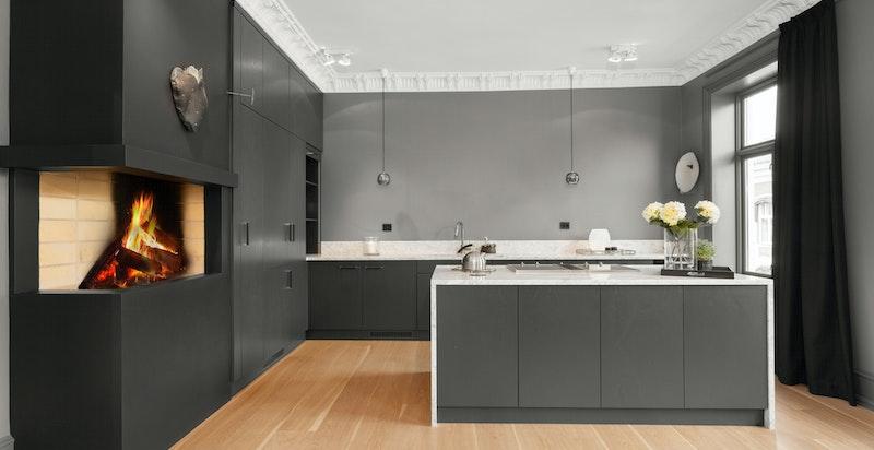 Kjøkkenet er snekkertilpasset, peis for den koselige atmosfæren, og rikelig med skap- og benkeplass.