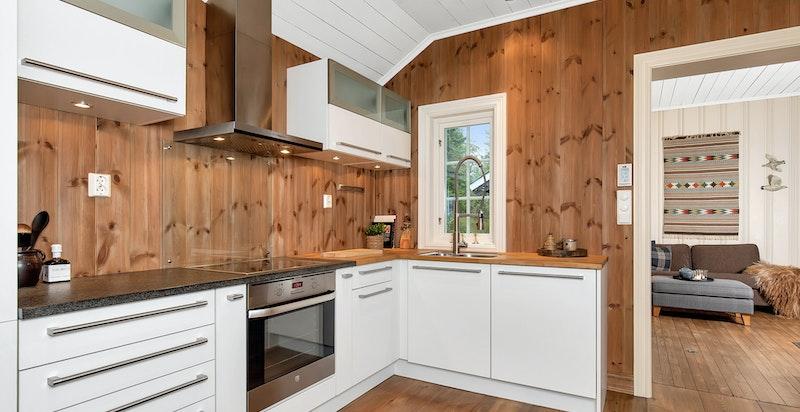 Moderne og innholdsrikt kjøkken med integrerte hvitevarer