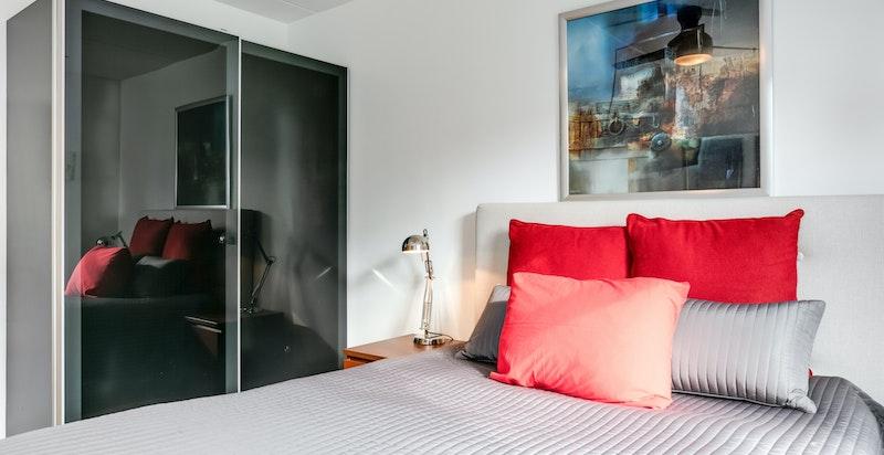 Soverommet har en praktisk skyvedørsgarderobe