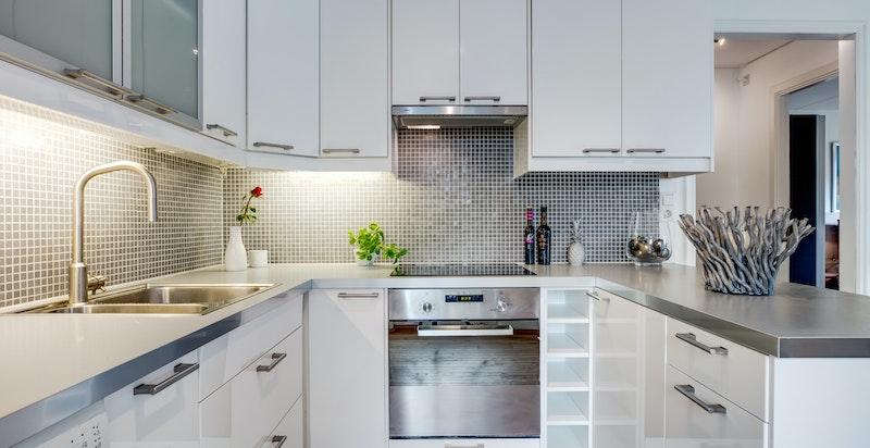 Kjøkkenet med god skap-/benkeplass