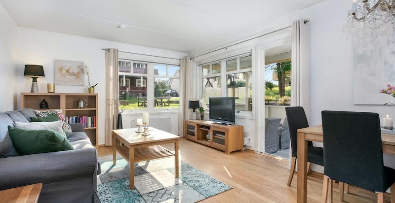 Stuen har godt med vindusflater og god plass til spisestuedel