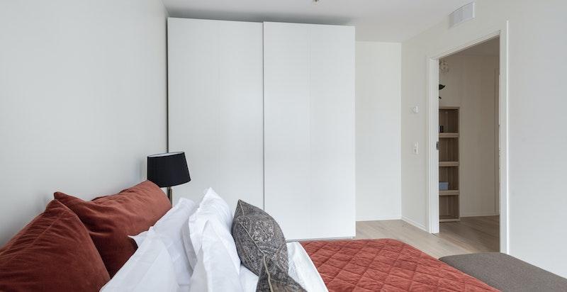 Store garderober med innredning som sørger for gode oppbevaringsmuligheter.