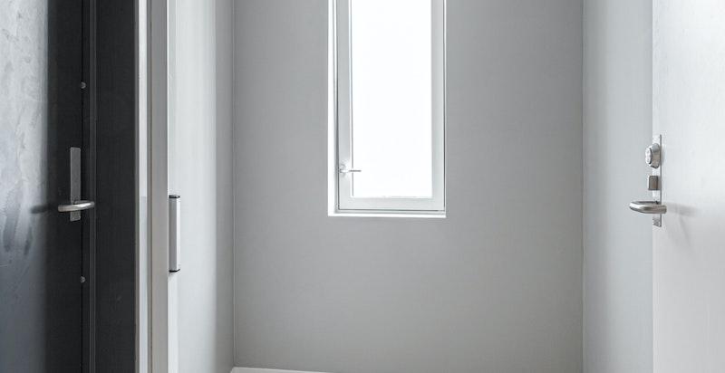 Det kanskje mest praktiske med hele boligen er at du har en privat mellomgang foran din egen inngangsdør i 7.etasje hvor du kan oppbevare ytterligere sko og klær.