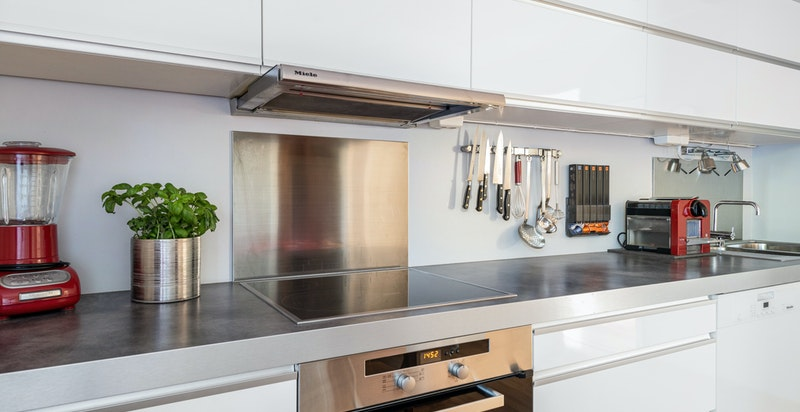 Kjøkkenet har armatur fra Vola og hvitevarer fra Miele
