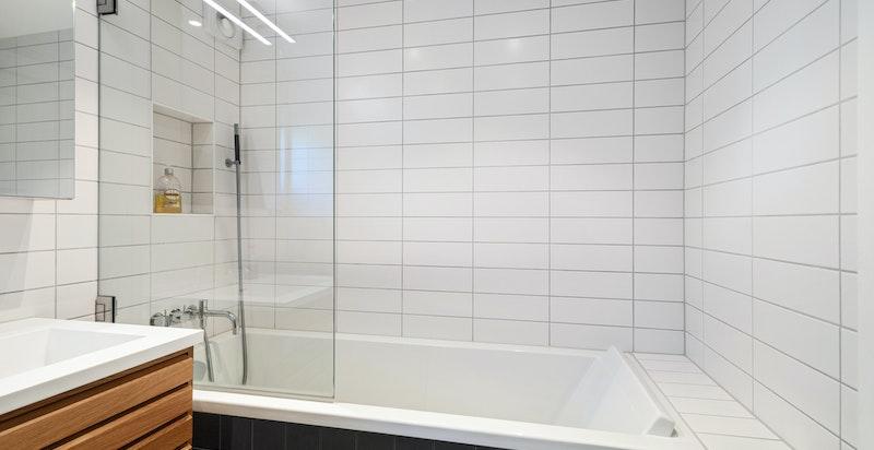 Romslig innfliset badekar på badet i 2. etasje