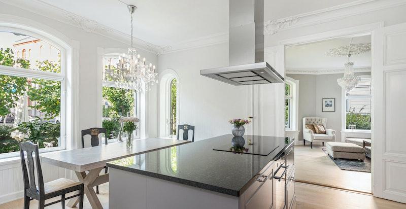 Flott kjøkken med kjøkkenøy med benkeplate i granitt