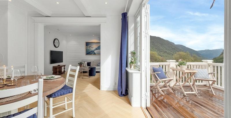 Fra spisestuen er det videre utgang til solrik terrasse og hage.