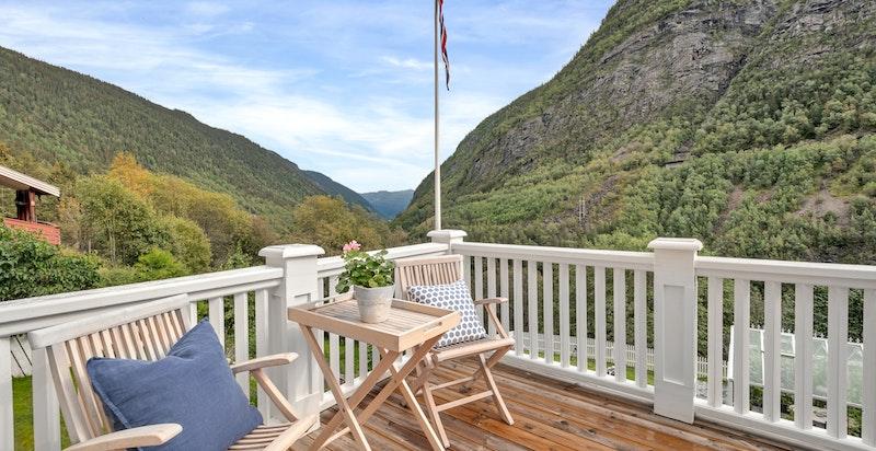 Terrasse med utgang fra spisestuen. Hyggelig utsyn.