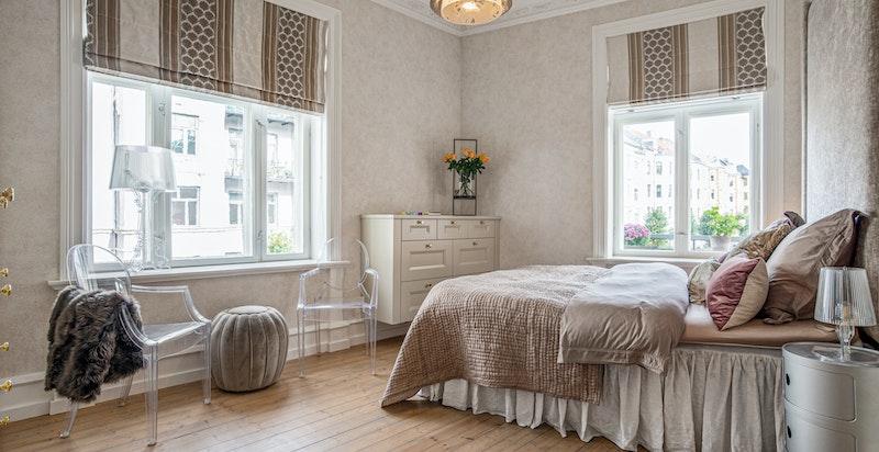 På soverom er det sengegavl i stoff med nagler og plassbygget kommode i tillegg til plassbygget skap