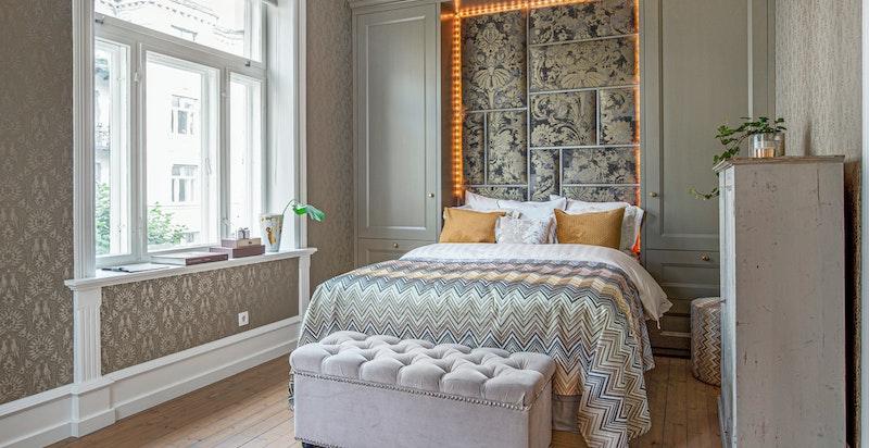 På mastersoverom er det også plassbygget høyskap og sengegavl hvor det er laget bokser til oppbevaring, innebygget nattbord samt nedfellbart serveringsbord