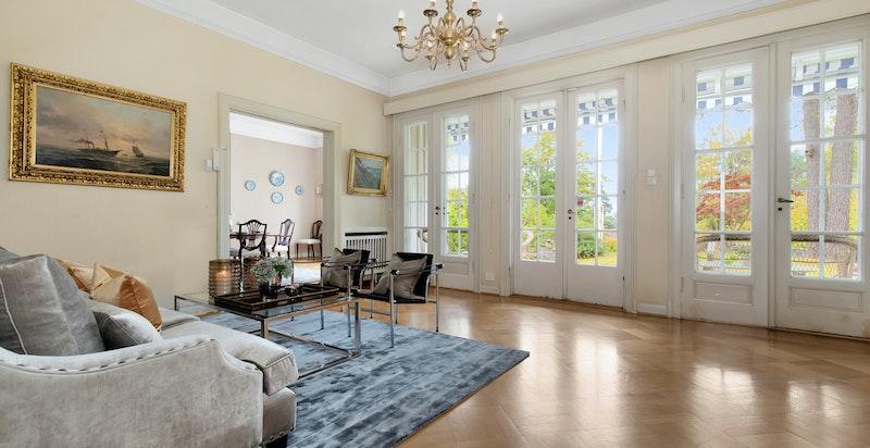 Forstue med 3 flotte doble glassdører ut  til terrassen