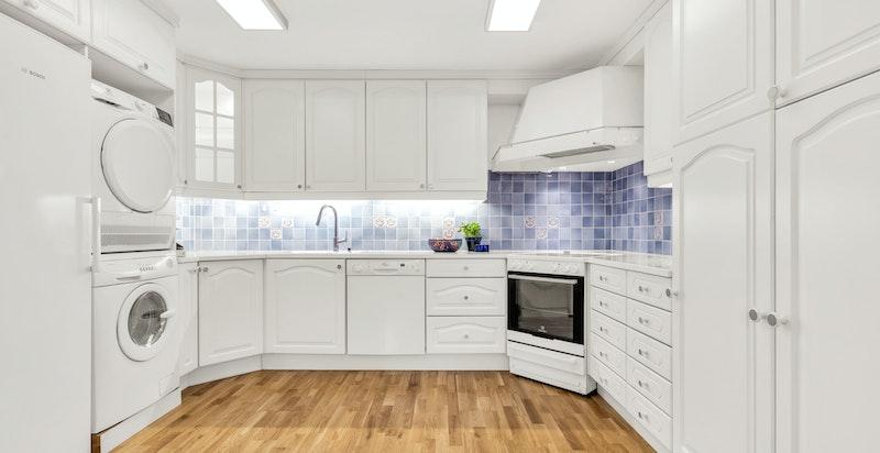 Romslig kjøkken med medfølgende hvitevarer (inkl. vaskemaskin og tørketrommel, samt kjøleskap)