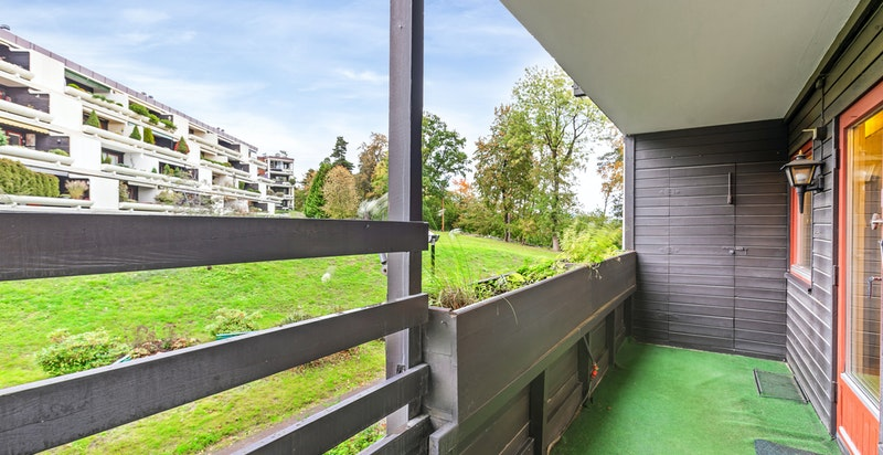 Det er bygget bod i hver ende av terrassen