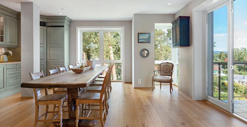 Fra kjøkkenet med store vindusflater