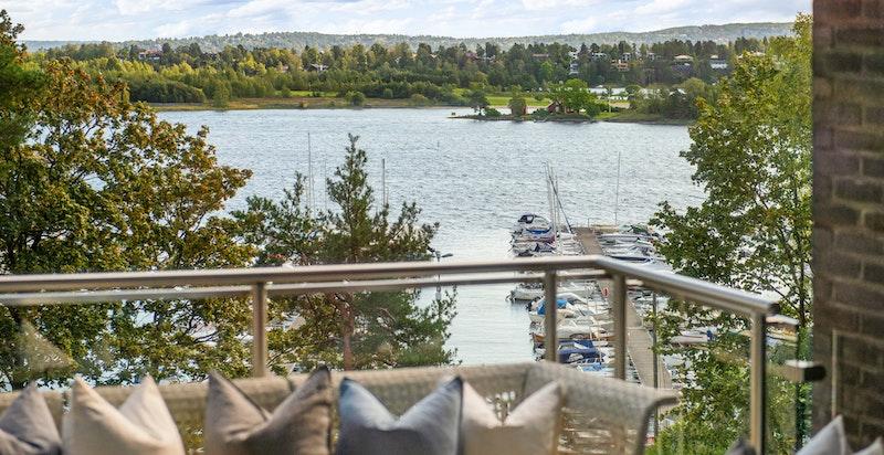 terrasse ut fra stuen med flott fjordutsikt