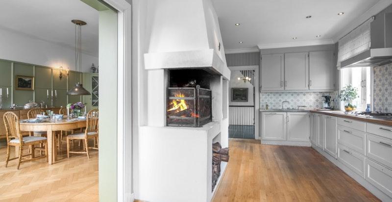 Moderne kjøkken med peis og spiseplass