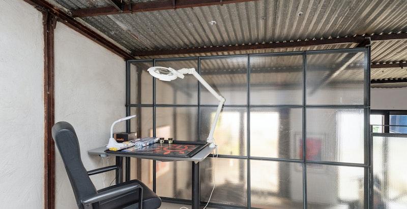Kontor 2: med plass til to pulter (med dagens bruk).