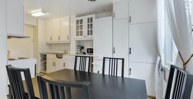 Kjøkken med god plass til spisestue