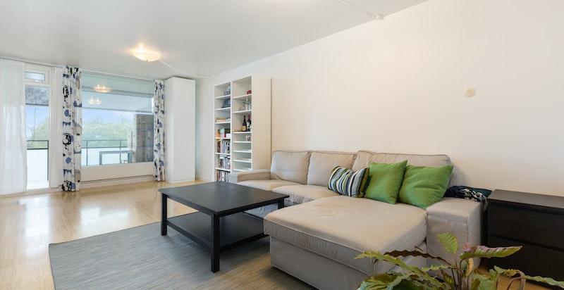 Meget romslig stue med både plass til sofa avdeling og spisestue
