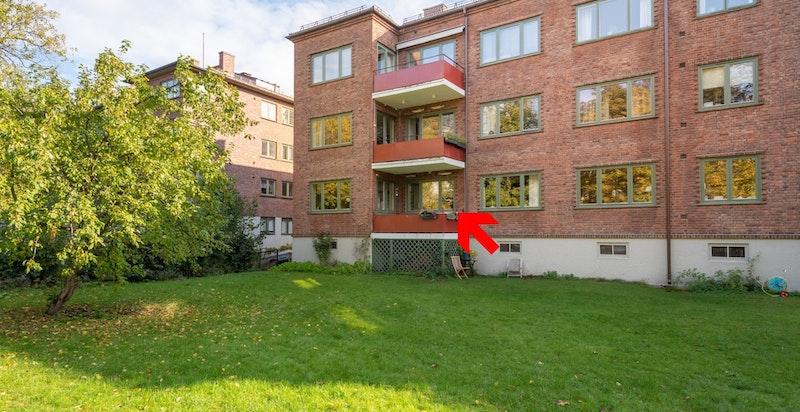 Populær hjørneleilighet med solrik balkong tilbaketrukket mot grønn bakhage