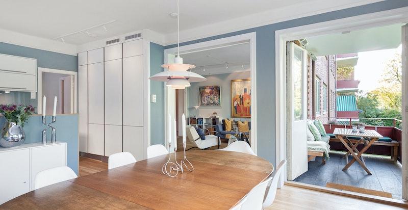 Takhøye kjøkkenskap samt god plass til stort spisebord
